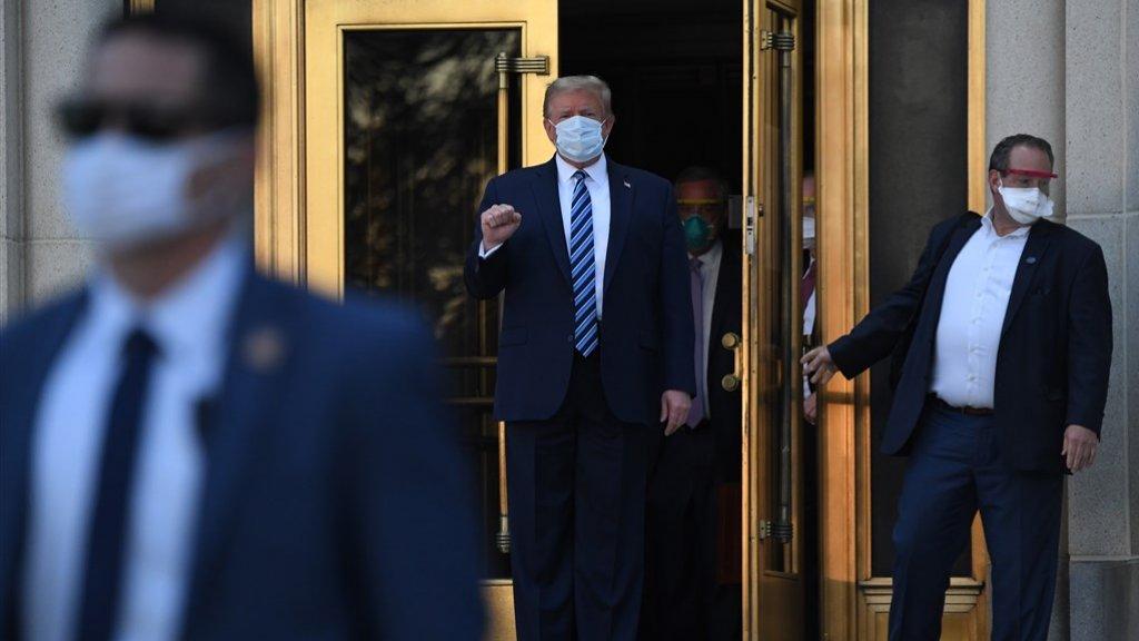 President Donald Trump verlaat het ziekenhuis.