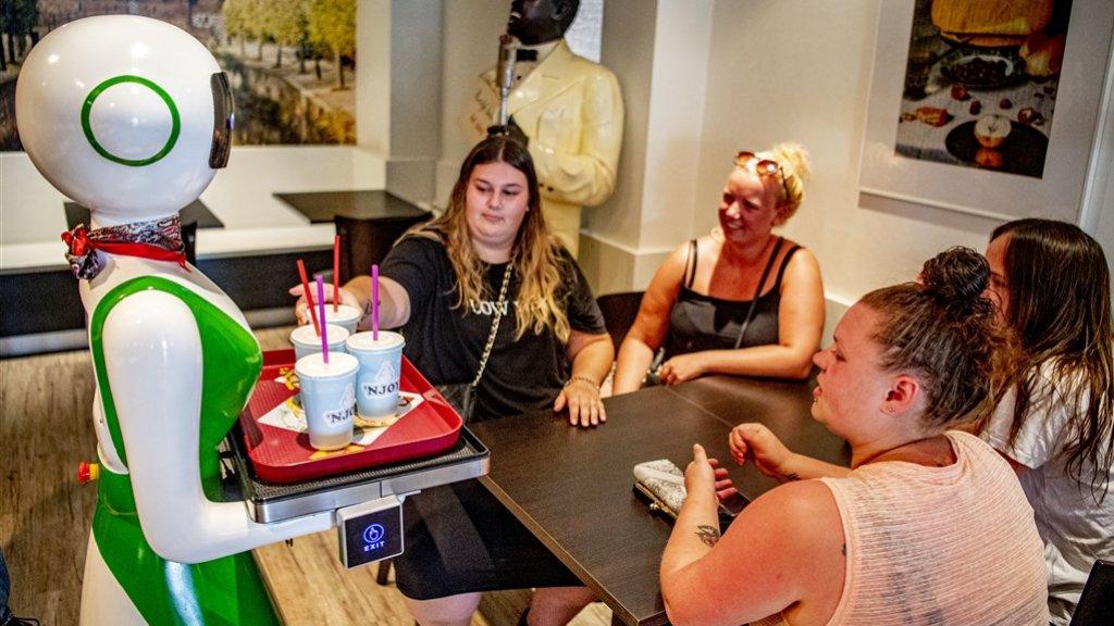 Robot serveert milkshakes in Amersfoort