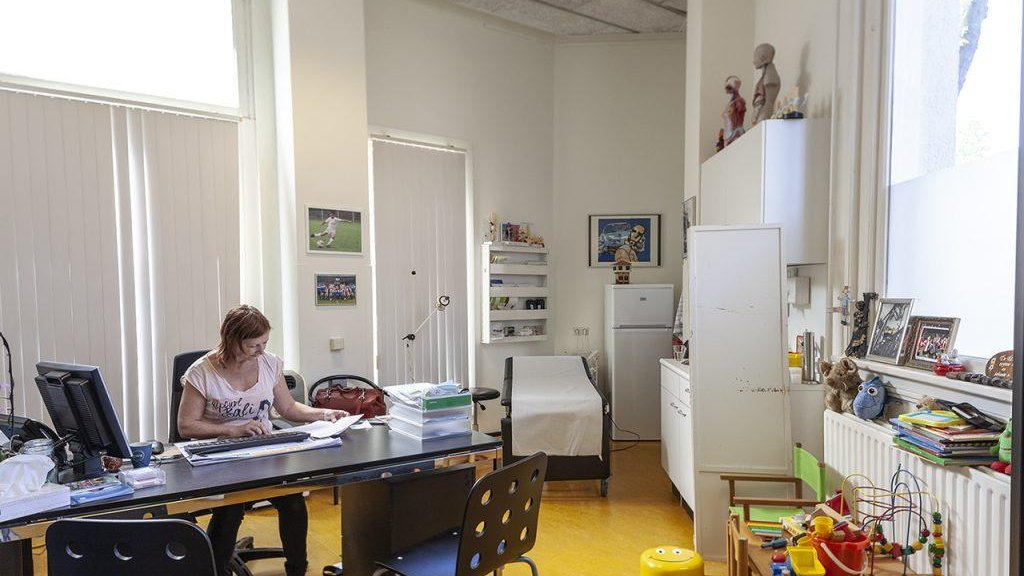 Huisarts Yolanda Jansen in haar praktijk in de Rotterdamse wijk Feijenoord