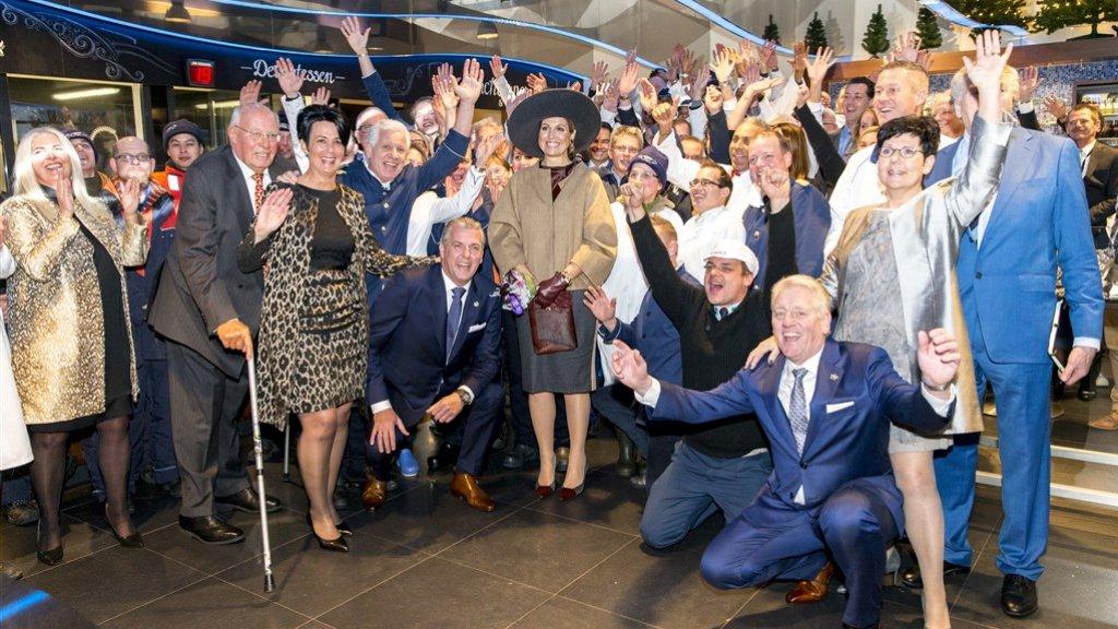 Koningin Maxima op de foto samen met het personeel tijdens de opening van het nieuwe kantoor van Schmidt Zeevis.