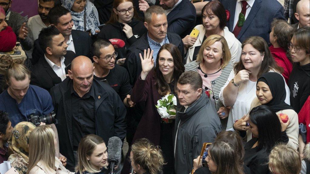 Ardern (midden) kon campagne voeren zonder social distancing.