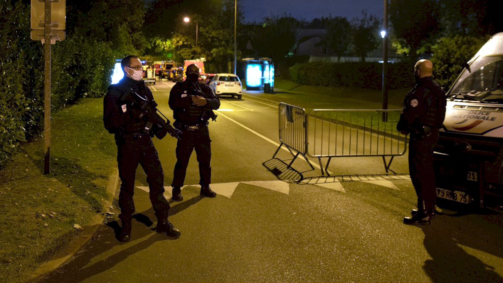 Agenten op de plek van de aanslag.