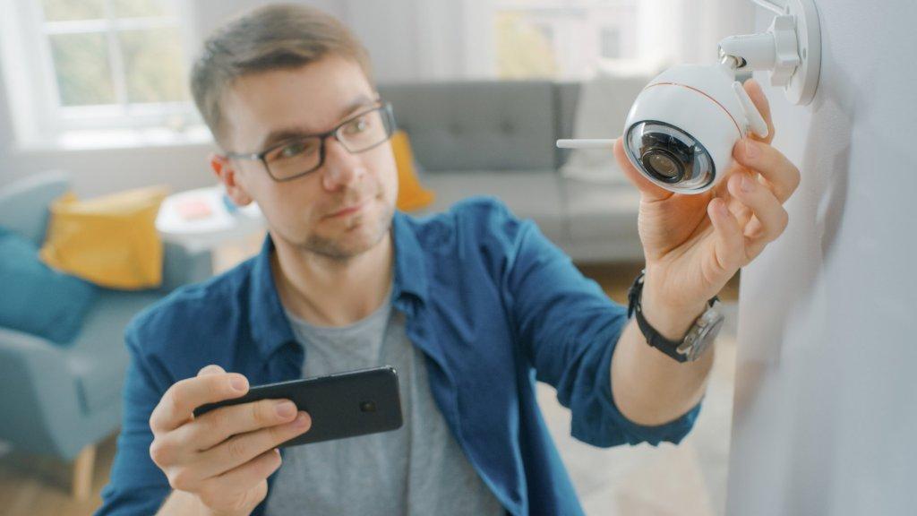 Duizenden Nederlanders hebben beveiligingscamera's en babyfoons in huis