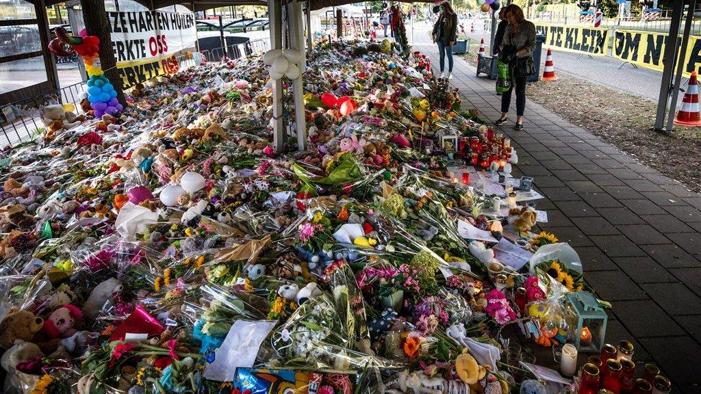 Duizenden bloemen vlakbij de plek van het ongeval