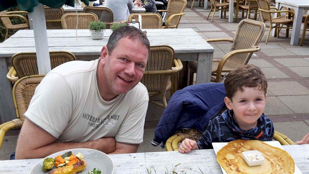 Hans en zijn zoon Kris tijdens een dagje uit