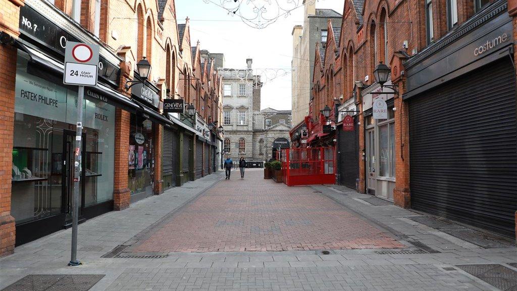 In deze winkelstraat in Dublin valt weinig te halen: alle winkels zijn dicht.