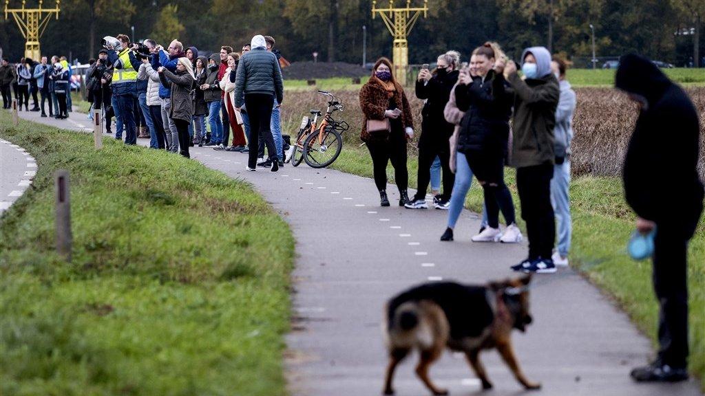 Vliegtuigspotters zien de Boeing van KLM voor de laatste keer op Schiphol landen.