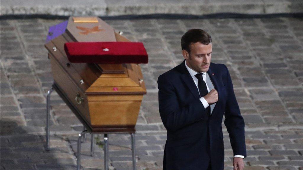 President Macron kijkt verslagen na de dood van Samuel Paty