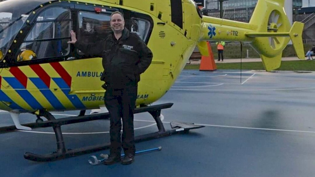 Erwin (55) bij een traumahelikopter.