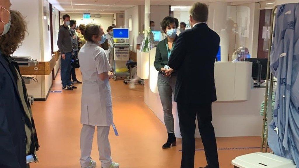 Koning in de hal van het ziekenhuis.