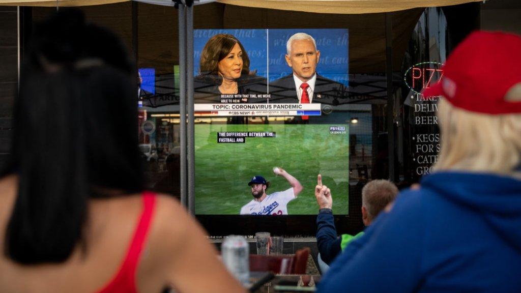 Amerikanen volgen het debat tussen kandidaten voor het vicepresidentschap Kamala Harris en Mike Pence.