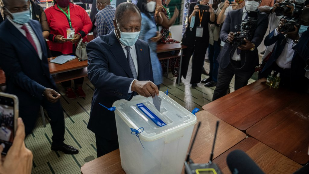 President Ouattara brengt zijn stem uit.