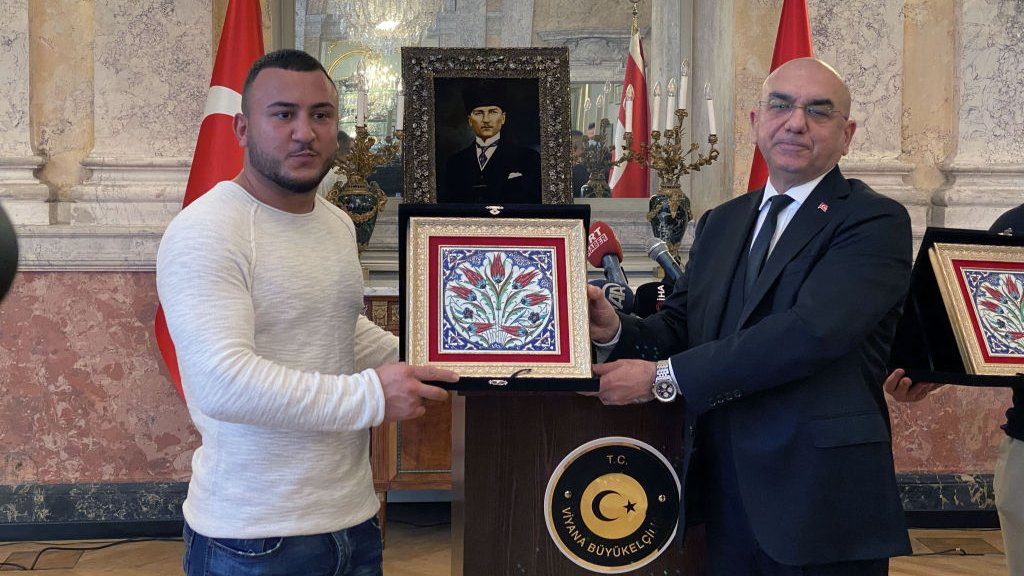 De Turkse ambassadeur in Wenen bedankt Mikail Ozen voor zijn heldendaad.