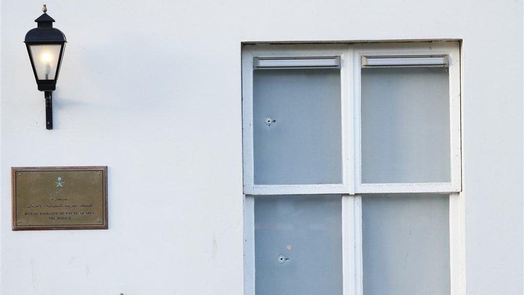 Kogelinslagen in de ruiten van de ambassade.