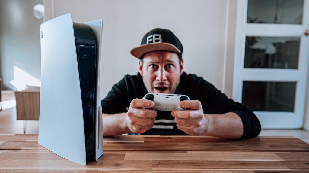 Eric Bouwman met zijn PlayStation 5.
