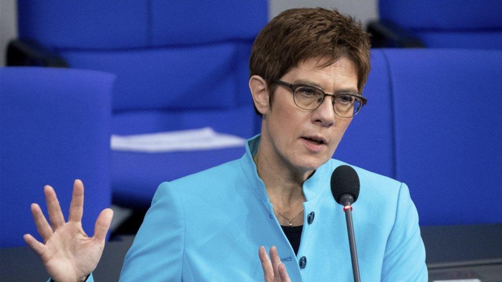 Minister van Defensie Annegret Kramp-Karrenbauer heeft excuses aangeboden voor de discriminatie van homo's.