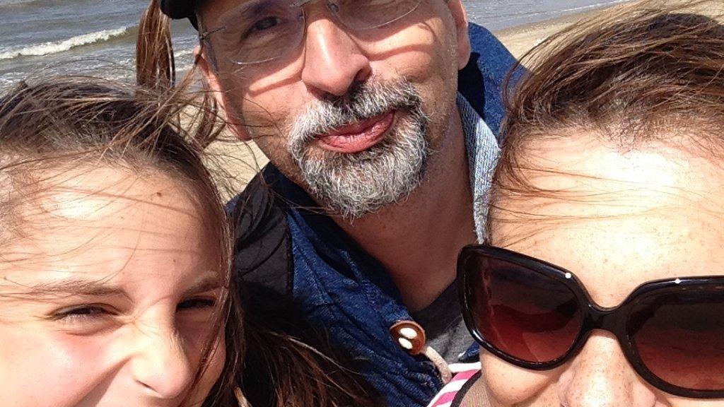 Adrijan met zijn vrouw en dochter.