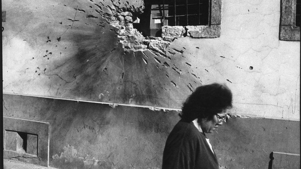 Een mortierinslag in een gebouw in Osijek, Kroatië, in 1991.