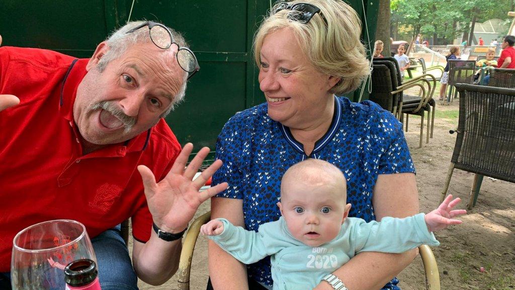 Frank, samen met zijn vrouw en zijn eerste kleindochter