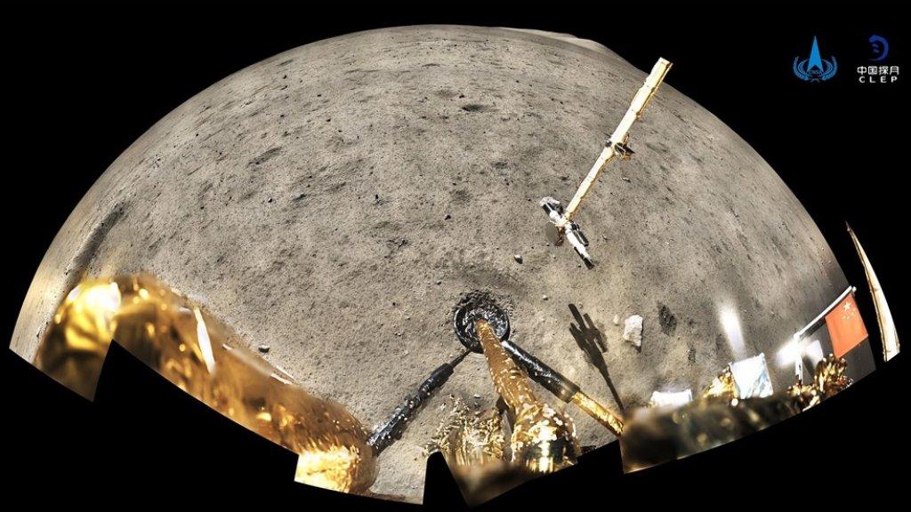 Een groothoekopname vanuit de sonde. Rechts is de vlag te zien.