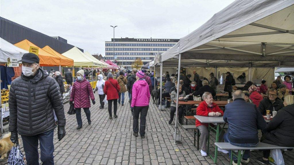 De markt in Finland is gewoon open en je kan er ook een drankje halen.