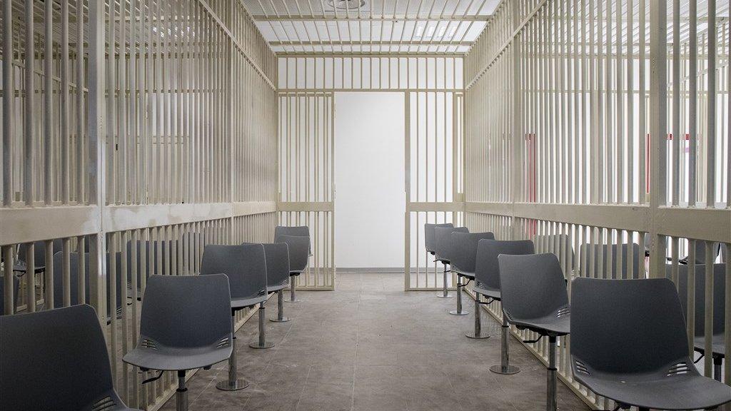 Pittelli en de andere verdachten zitten tijdens het proces in de zaal, maar wel achter de tralies