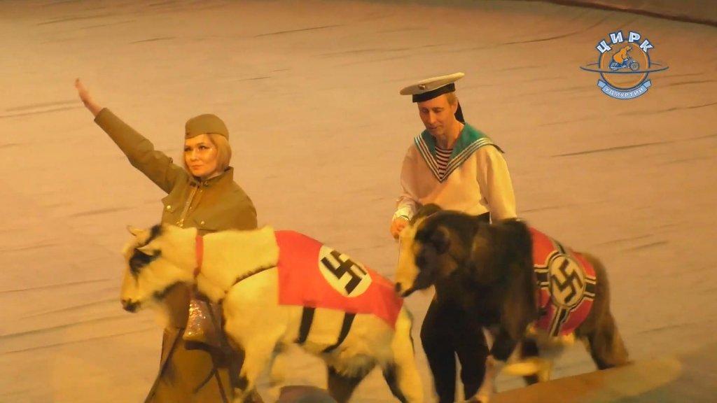 In de voorstelling figureren ook twee geiten met hakenkruizen.
