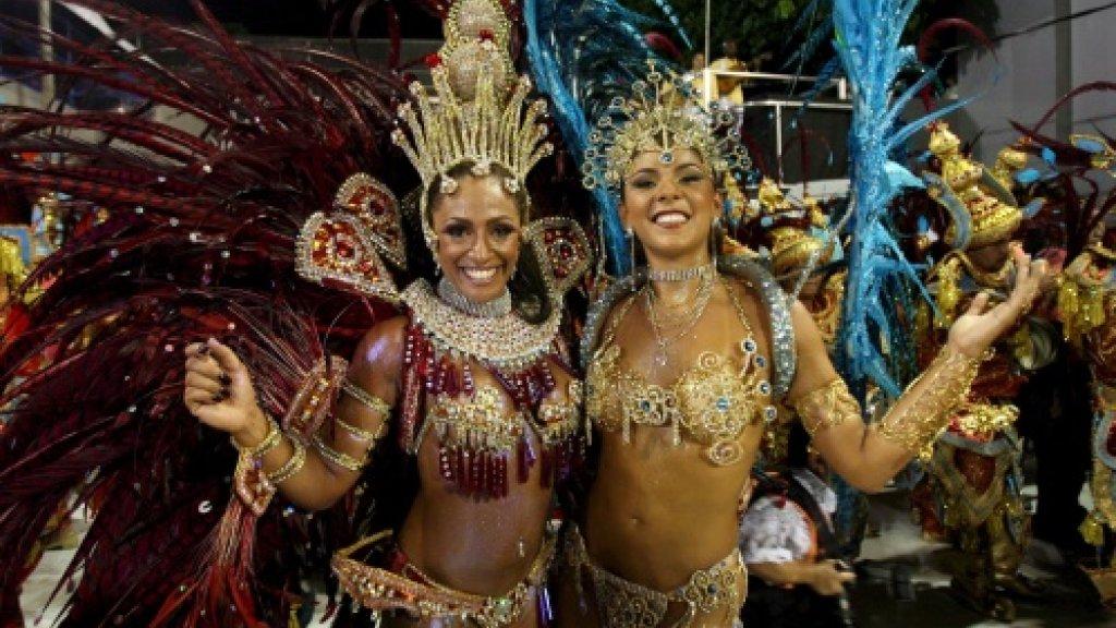 De fotograaf gaat mee naar het carnaval in Brazilië