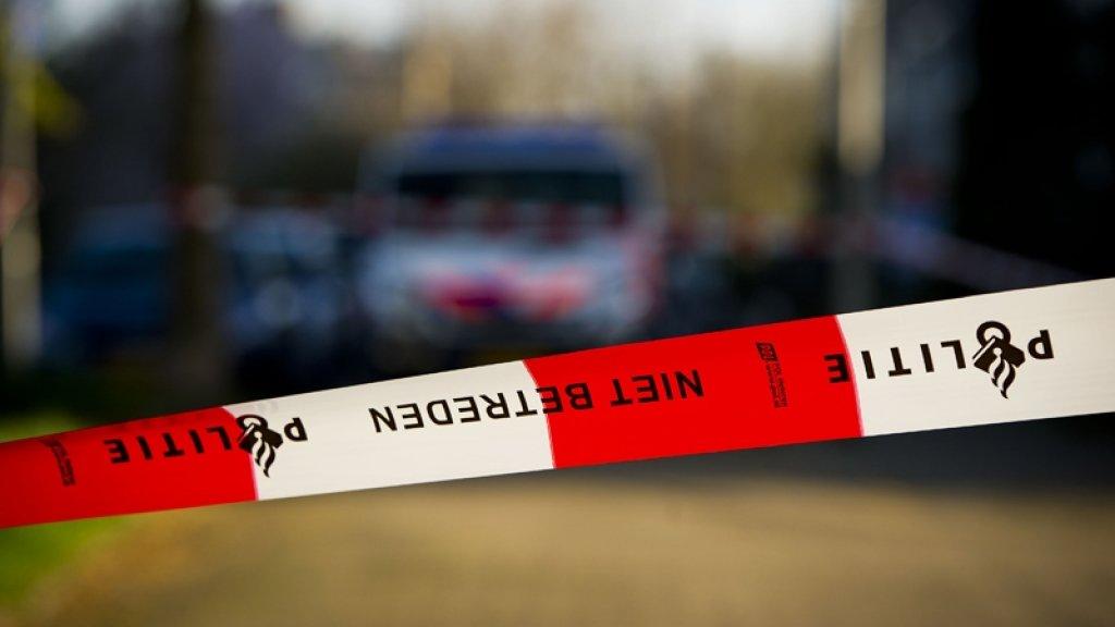 Auto knalt tegen boom in Amsterdam: twee doden