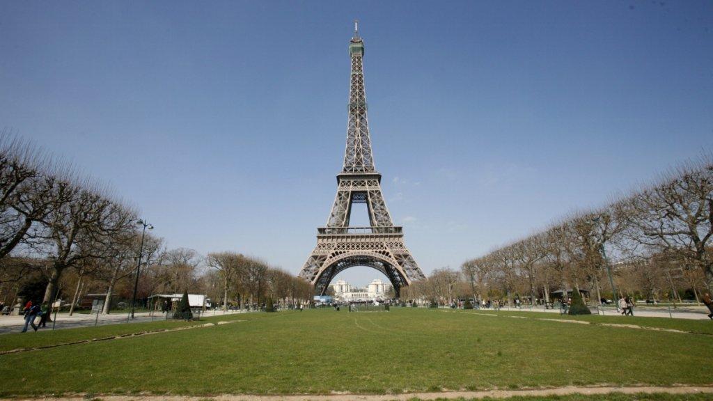 Man Springt Van Eiffeltoren.Man Dood Na Sprong Van Eiffeltoren Vrouw Gered Rtl Nieuws