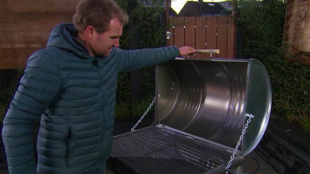 DIY: zo maak je zelf een barbecue van een olievat | RTL Nieuws