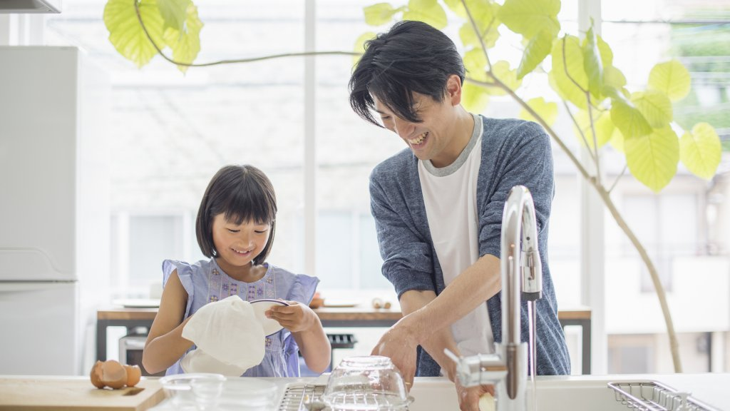 Hulpje in de huishouding: wat laat je je kinderen doen? | RTL Nieuws