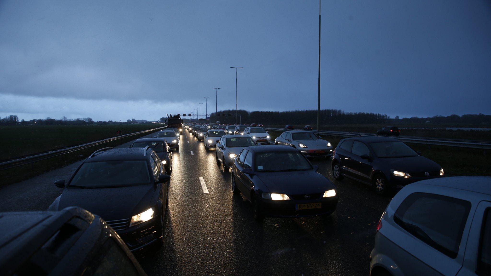 Drukke ochtendspits door regen en aanrijdingen, ruim 400 kilometer file.