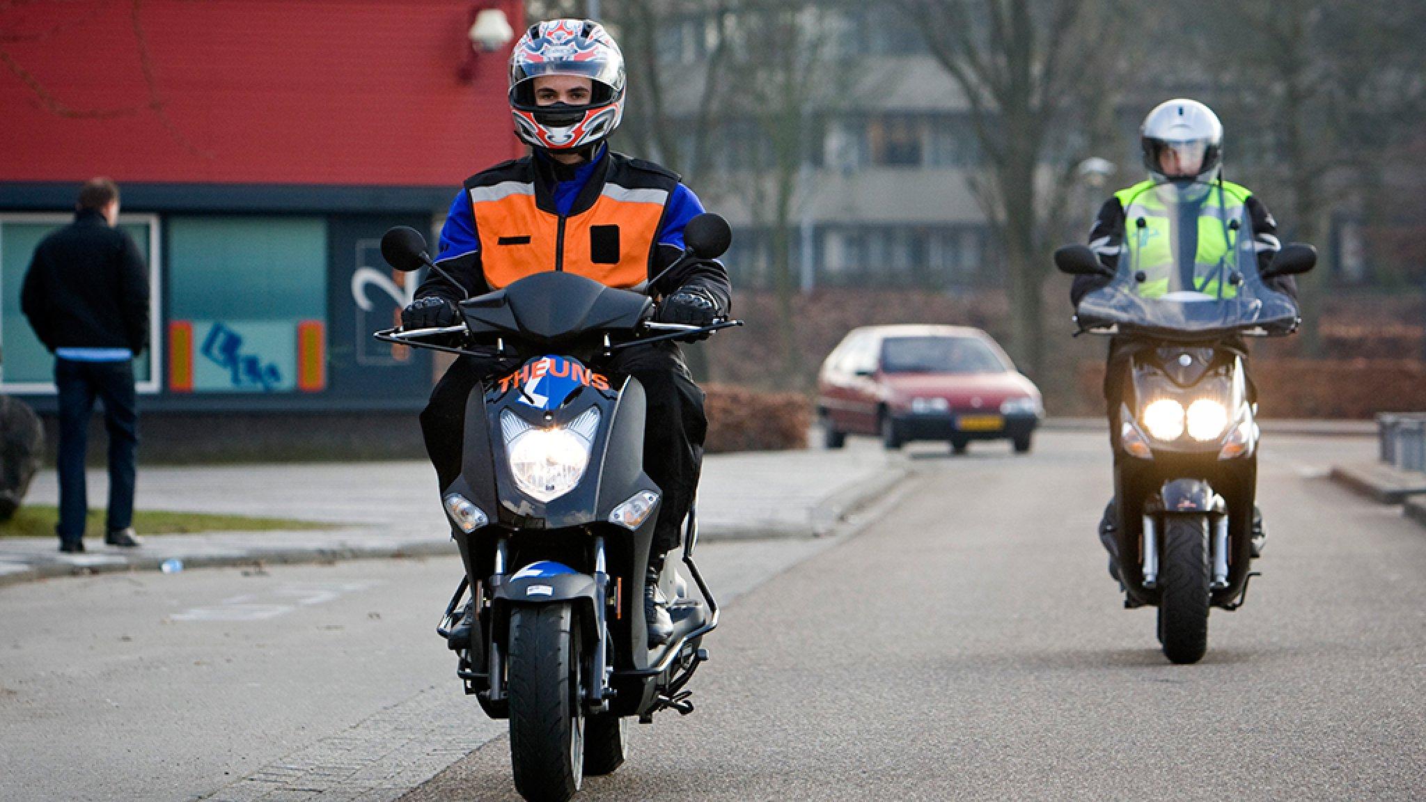 CBR begint morgen met afnemen motor- en brommerexamens, nog geen auto - RTL Nieuws