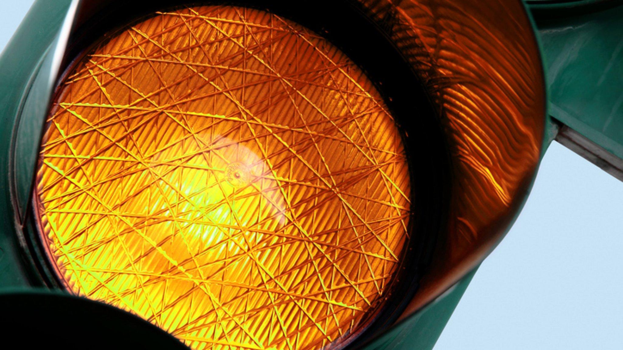 Verkeerslicht veel te kort op oranje: doorrijden of remmen? | RTL Nieuws