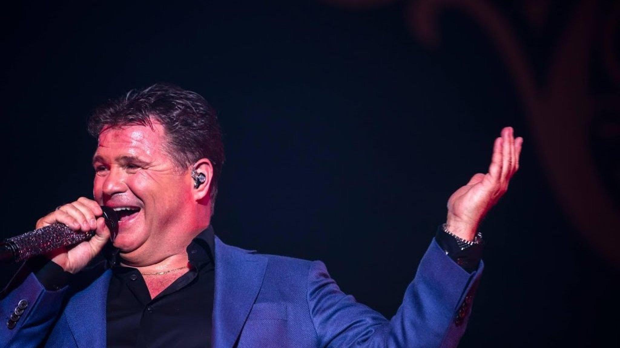Raymond van Barneveld toegezongen door Wolter Kroes - RTL Nieuws