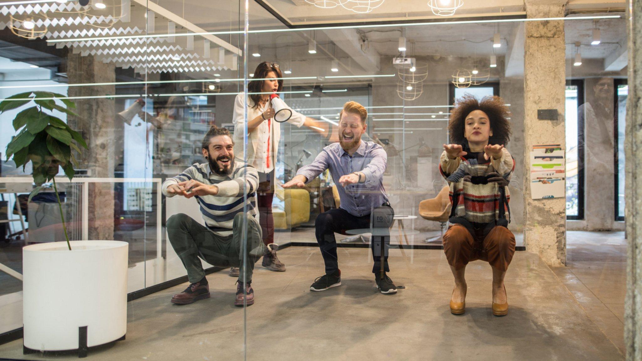 Hurken, staan en squatten: zo blijf je gezond als je op kantoor werkt