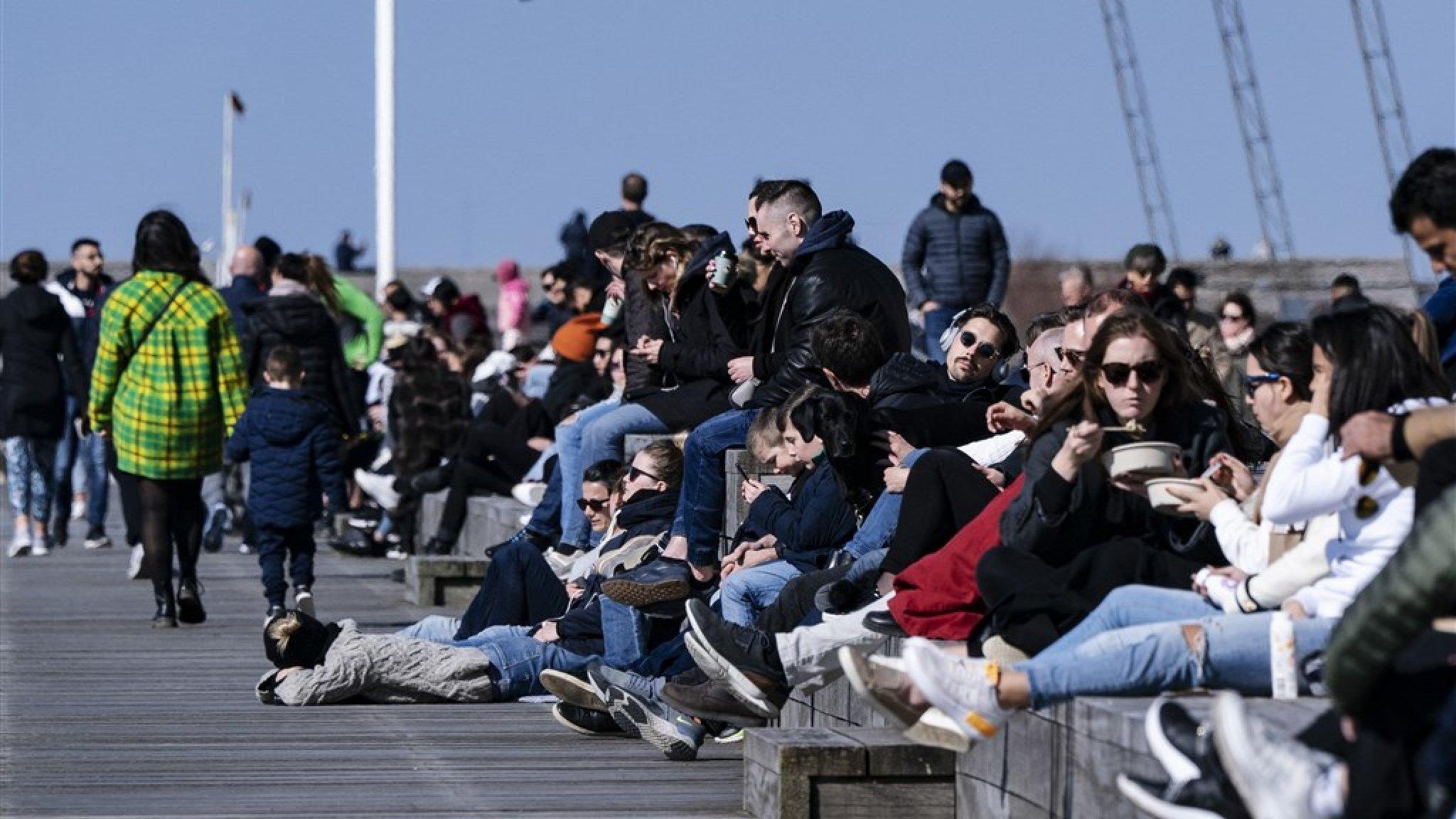 Kritiek neemt toe, maar de terrassen zitten in Zweden nog altijd ...