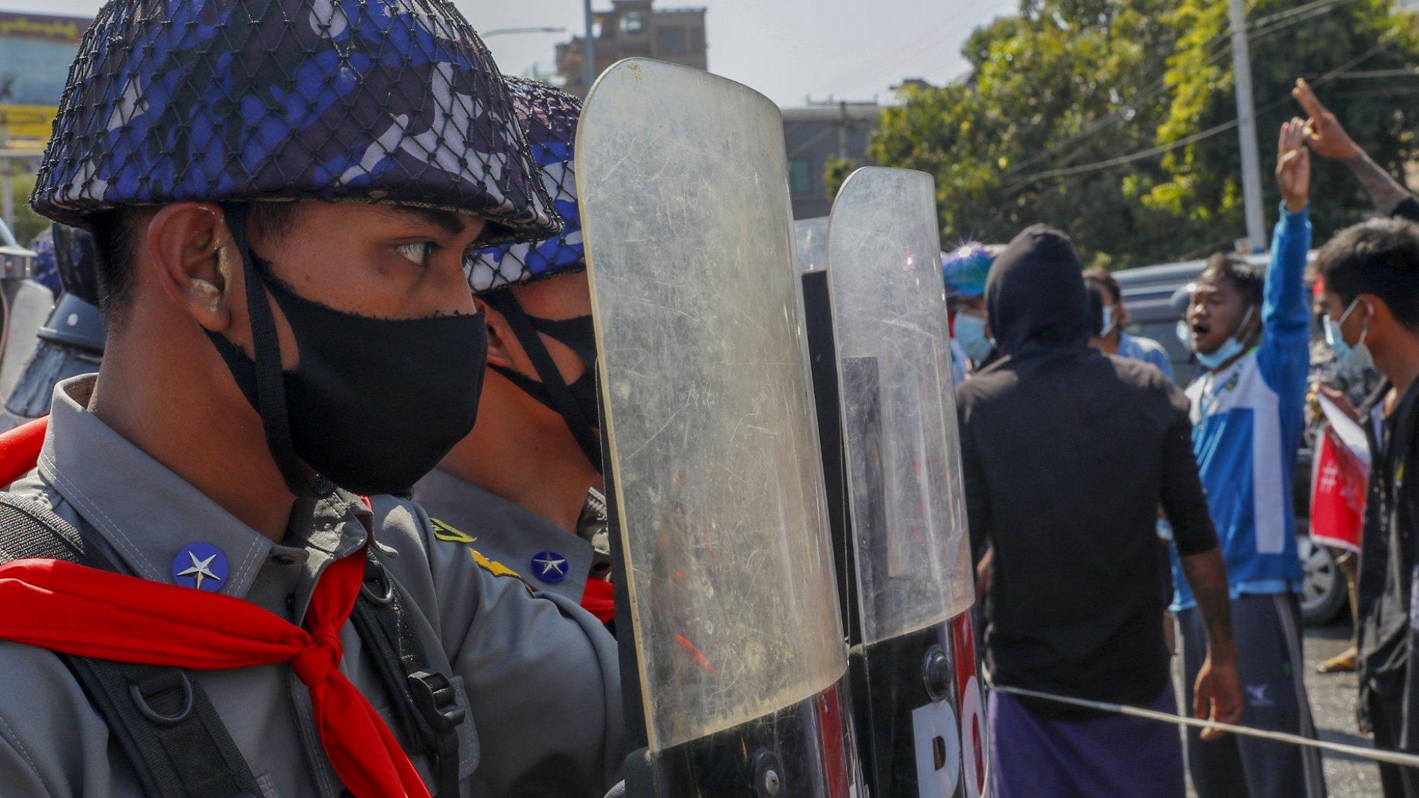 Vrouw in haar hoofd geschoten bij protest Myanmar - RTL Nieuws