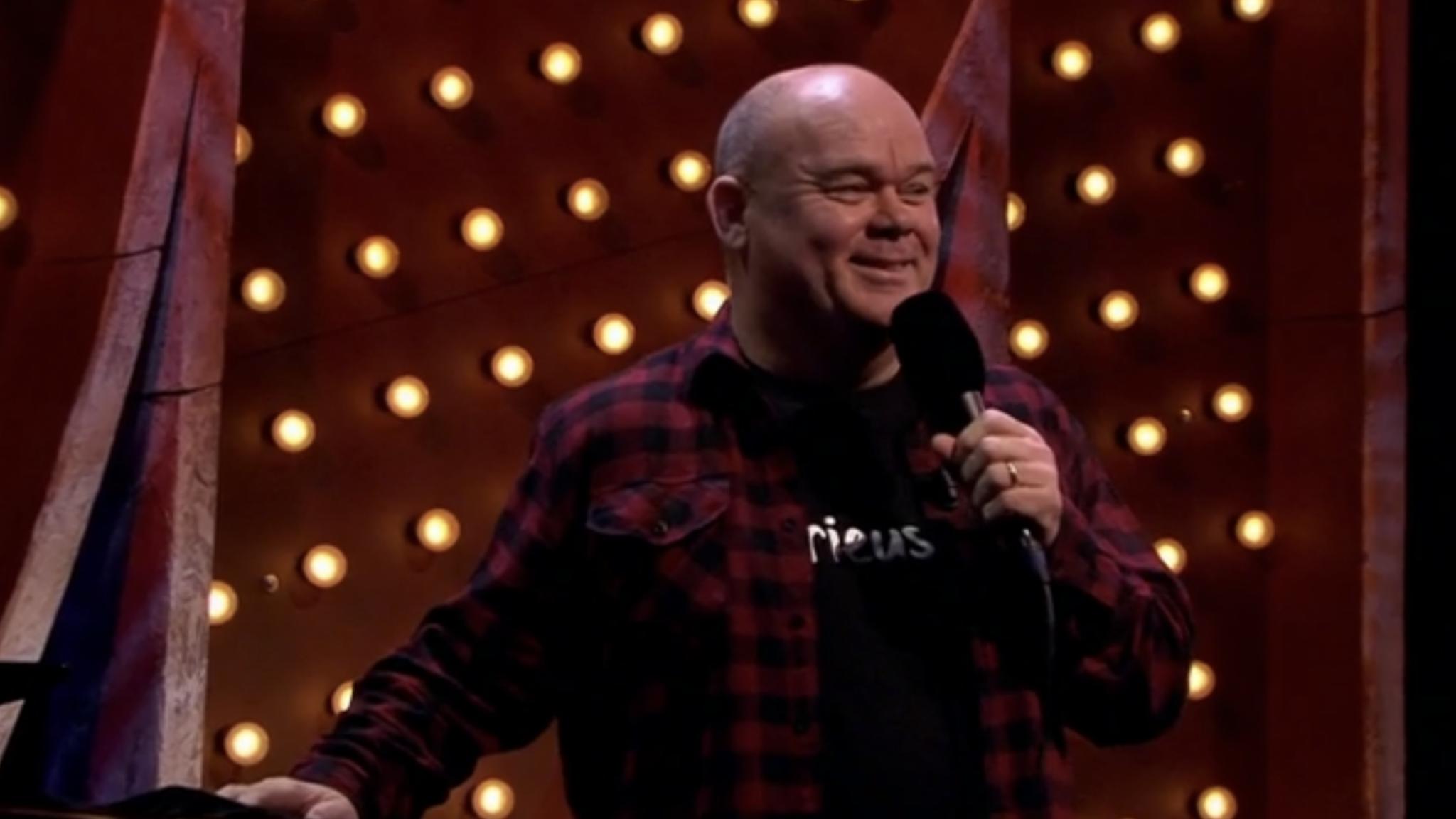 Paul de Leeuw geeft verrassingsoptreden bij M: 'Heeft 'ie haast?' - RTL Nieuws