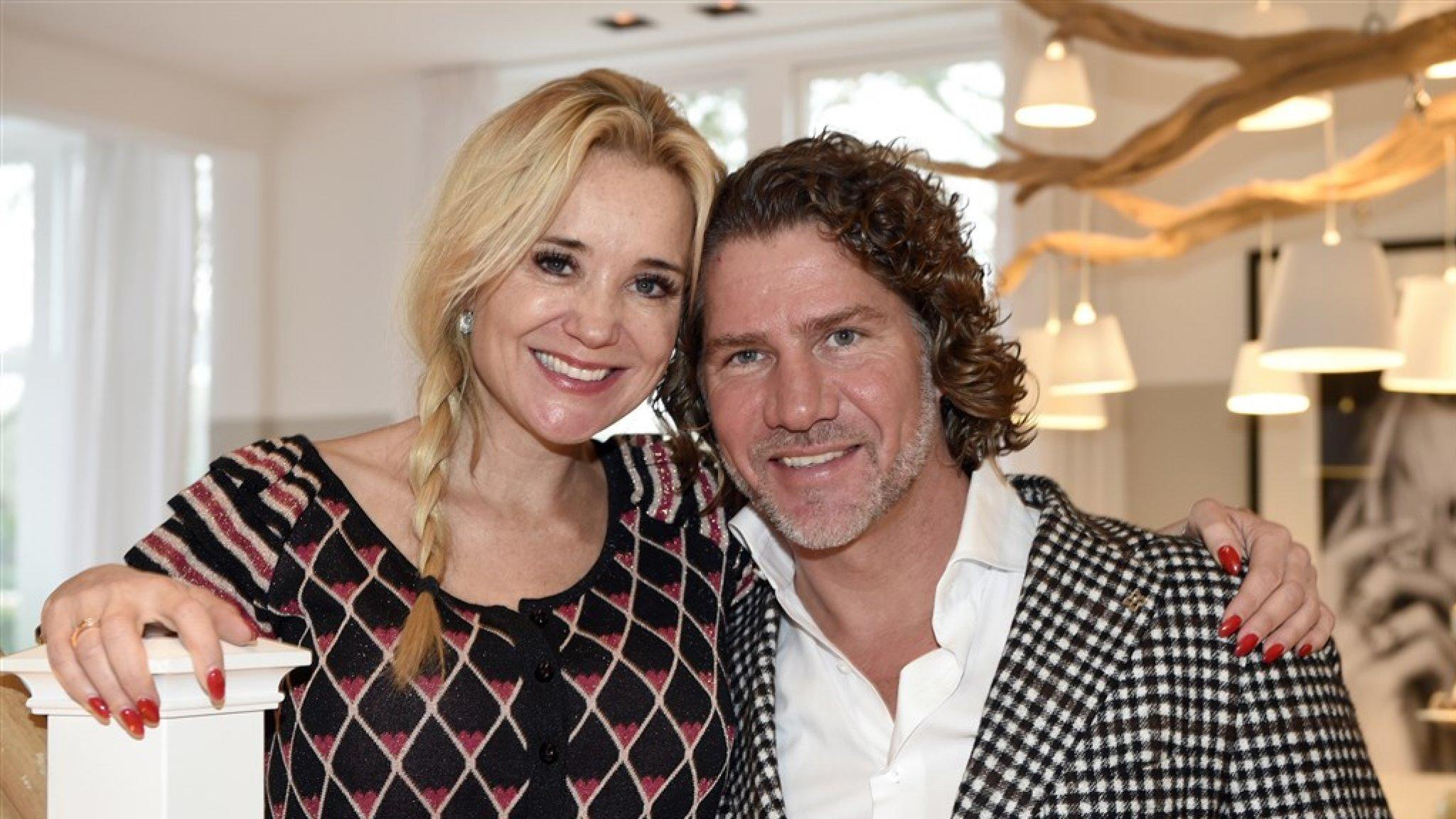 Sonja Bakker en vriend Barry ontvluchten samen Nederland - RTL Nieuws