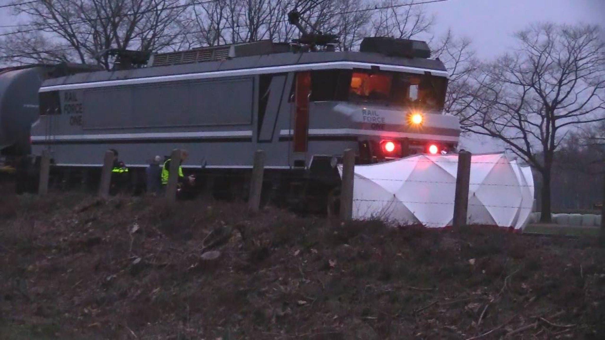 Bestelbusje geschept op onbewaakte spoorwegovergang - RTL Nieuws