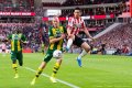 PSV behaalt eerste zege, Lozano valt uit