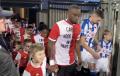 Kippenvel: Feyenoord-spelers komen in speciaal shirt het veld op
