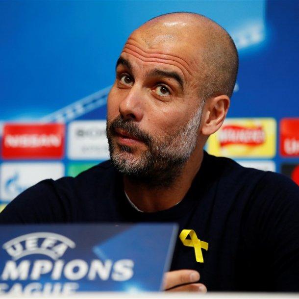 Guardiola draagt een geel lintje tijdens een persconferentie in het vorige seizoen, als steunbeweging aan de gevangen gezette Catalaanse politici.
