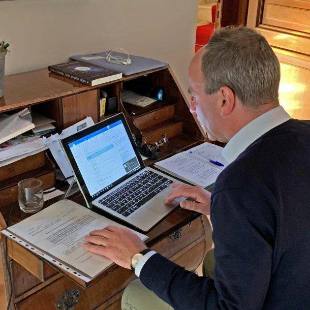 Ambassadeur Joost Flamand thuis aan het werk.