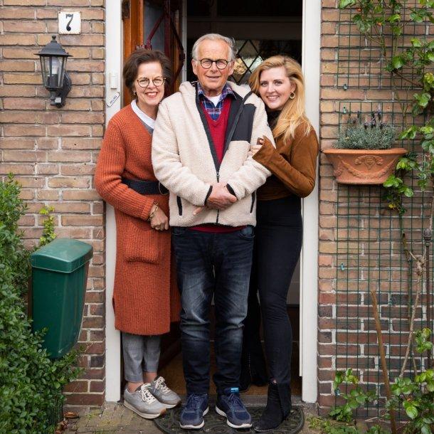 De ouders en zus van Jesje, in een deurportret.