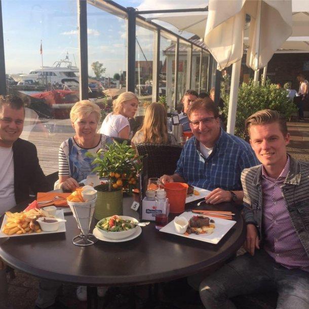 Jordy (links) met zijn vader, moeder en broertje.
