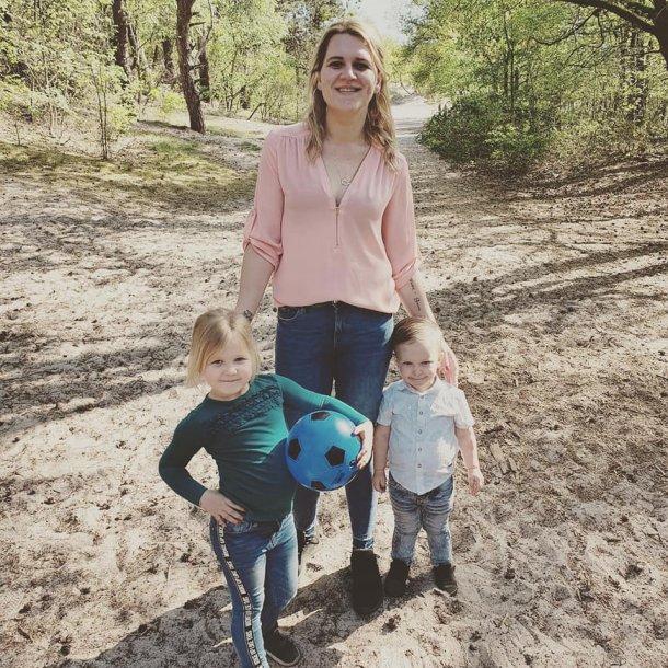 Emina, samen met haar twee kinderen Elize en Sam.