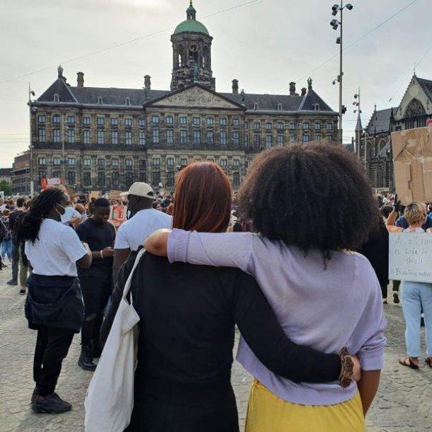 Amy samen met een vriendin bij de demonstratie op de Dam.
